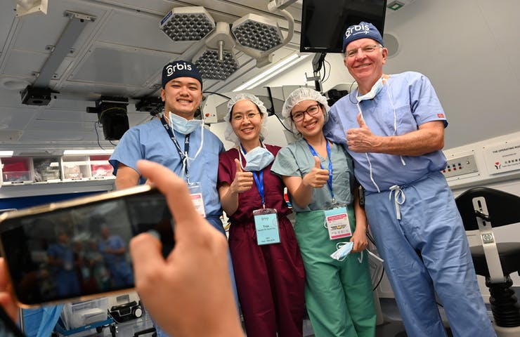 Dr Trúc on board the Flying Eye Hospital in Vietnam with Dr Lee Alward